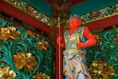 En förmyndare på den Yashamon porten på den Taiyuinbyo relikskrin Arkivbild