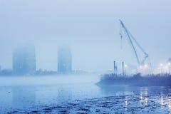 En förorenad och dimmig flod i ett industriellt avsnitt arkivbild