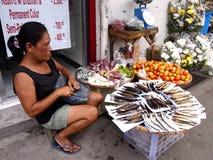 En försäljare säljer den torkade och rökte fisken längs en gata i den Antipolo staden, Filippinerna fotografering för bildbyråer