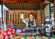 En försäljare som säljer fruktfruktsaft på gatan arkivfoton