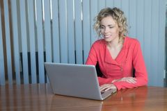 En förstående affärskvinna Arkivbild