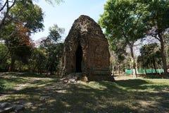 En förstörd tempel på Prasat Yeah Puon i Sambor Prei Kuk i Cambodja royaltyfri foto