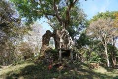 En förstörd tempel på Prasat Yeah Puon i Sambor Prei Kuk i Cambodja royaltyfri fotografi