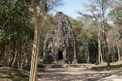 En förstörd tempel på Prasat Yeah Puon i Sambor Prei Kuk i Cambodja royaltyfri bild