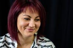 En förvånad kvinna ler royaltyfri fotografi