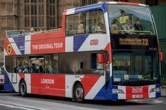 En facklig flagga dekorerade London turnerar bussen Royaltyfri Fotografi