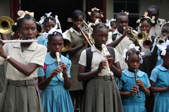En faisant bon accueil au ` s d'enfants réunissez dans Robillard, Haïti Images stock