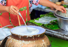 En faisant cuire le courant saupoudrez pour le mélange et couvrez le porc bouilli Image libre de droits