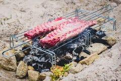 En faisant des nervures de porc sur le barbecue improvisé fait maison de BBQ grillez Image libre de droits