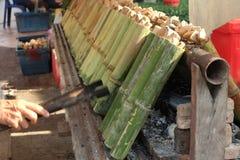 En faisant le ` Khao frappez le ` les desserts thaïlandais traditionnels, riz visqueux avec du lait de noix de coco et avez fait  image libre de droits