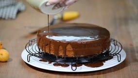 En faisant Sacher durcissez - le dessert autrichien traditionnel de chocolat Lustre de versement de chocolat banque de vidéos