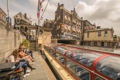 En faisant un bateau voyagez sur la rivière d'Amstel à Amsterdam Photo libre de droits