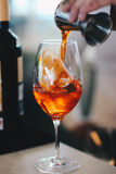 En faisant un Italien Spritz Photographie stock libre de droits
