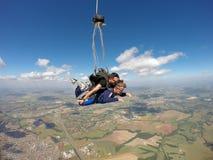 En faisant un saut en chute libre le tandem ouvrez le parachute Images libres de droits
