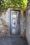 En fallfärdig dörr Royaltyfria Foton