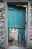En fallfärdig dörr Arkivbild