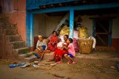 En familj av den Chhaimale byn, 29km söder av Katmandu, Nepal Arkivbilder