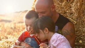 En familj av tre i ett vetefält Barnlek på minnestavlan 4K 30fps ProRes lager videofilmer