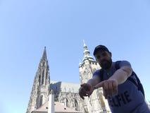 En familj av turister till domkyrkan av St Vita Turister är Fotografering för Bildbyråer