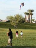 En familj flyger en drake, Summerlin, Las Vegas Royaltyfri Fotografi