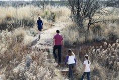 En familj fotvandrar på Murray Springs Clovis Site Arkivbilder
