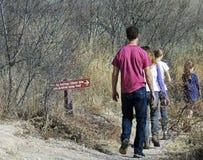 En familj fotvandrar på Murray Springs Clovis Site Royaltyfri Fotografi