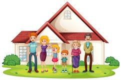 En familj framme av deras stora hus Royaltyfri Bild