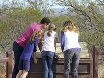 En familj läser ett tecken på Murray Springs Clovis Site Royaltyfri Foto