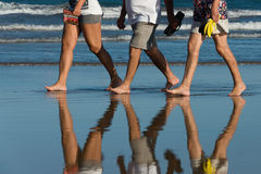 En familj på stranden arkivfoto