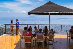 En familj som har lunch på en lyxig restaurang på den Penang kullen Malaysia Arkivfoto