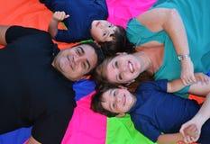 En familj som poserar på jordningen Arkivbilder