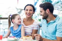 En familj som äter på restaurangen Arkivfoton