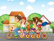 En familj som tillsammans cyklar Arkivbilder