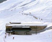 En fantastisk sikt av schweiziska fjällängar och snöig berg för skidlift och Royaltyfri Fotografi