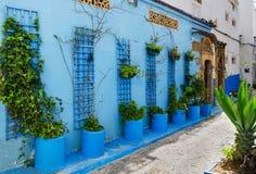 En fantastisk stad i Marocko, Rabat, Kasbah des Oudaia, smala gator, blåa väggar, arkivbilder