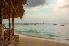 En fantastisk strand med flera fiskebåtar royaltyfria bilder