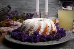 En fantastisk vinterdrink och en söt kaka på en grå träbakgrund Smaklig plumpudding kopiera avstånd royaltyfri bild