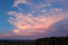 En fantastiskt dramatisk himmel mot bakgrunden av höstfältet royaltyfria foton
