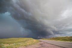En farlig åskväder att närma sig en lantlig huvudväg i Nebraska Fotografering för Bildbyråer