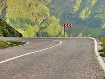 En farlig kurva av en hög alpin väg Royaltyfria Foton