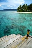 En fartygdock och en tropisk strand Royaltyfri Foto