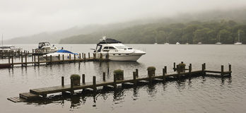 En fartygDock på en dimmig engelsk Lake Royaltyfri Fotografi