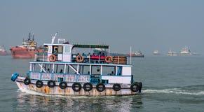 En fartygslutsikt som ser enorm med turisten som går till havsdrev Arkivbilder