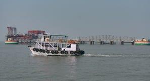 En fartygslutsikt som ser enorm med turisten som går till havsdrev Royaltyfri Bild