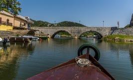 En fartygtur på sjön Skadar, Montenegro under sommar fotografering för bildbyråer