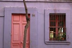 En fasad av ett hus i Barcelona med violetta kulöra väggar arkivfoto