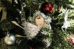 En fe på julgranen arkivfoto