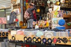 En febrero de 2019, bandas retras de la música de los discos de vinilo de la tienda de la mujer, Tel Aviv foto de archivo libre de regalías