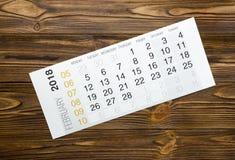 En febrero de 2018 calendario en la tabla de madera Imagen de archivo