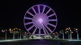 En Ferris Wheel i Baku på kusten av Kaspiska havet, på natten med ljus arkivfilmer